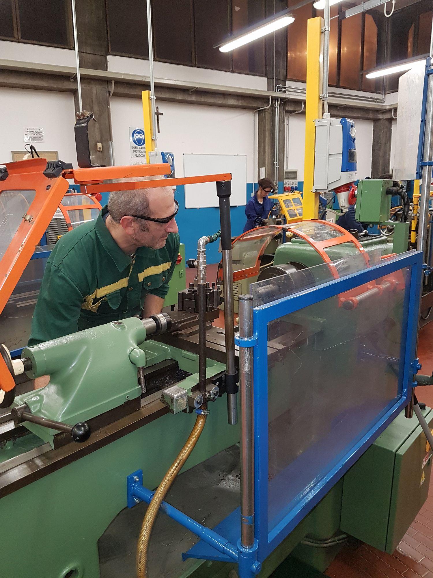 Azioni di lavorazione al Tornio in Officina meccanica.